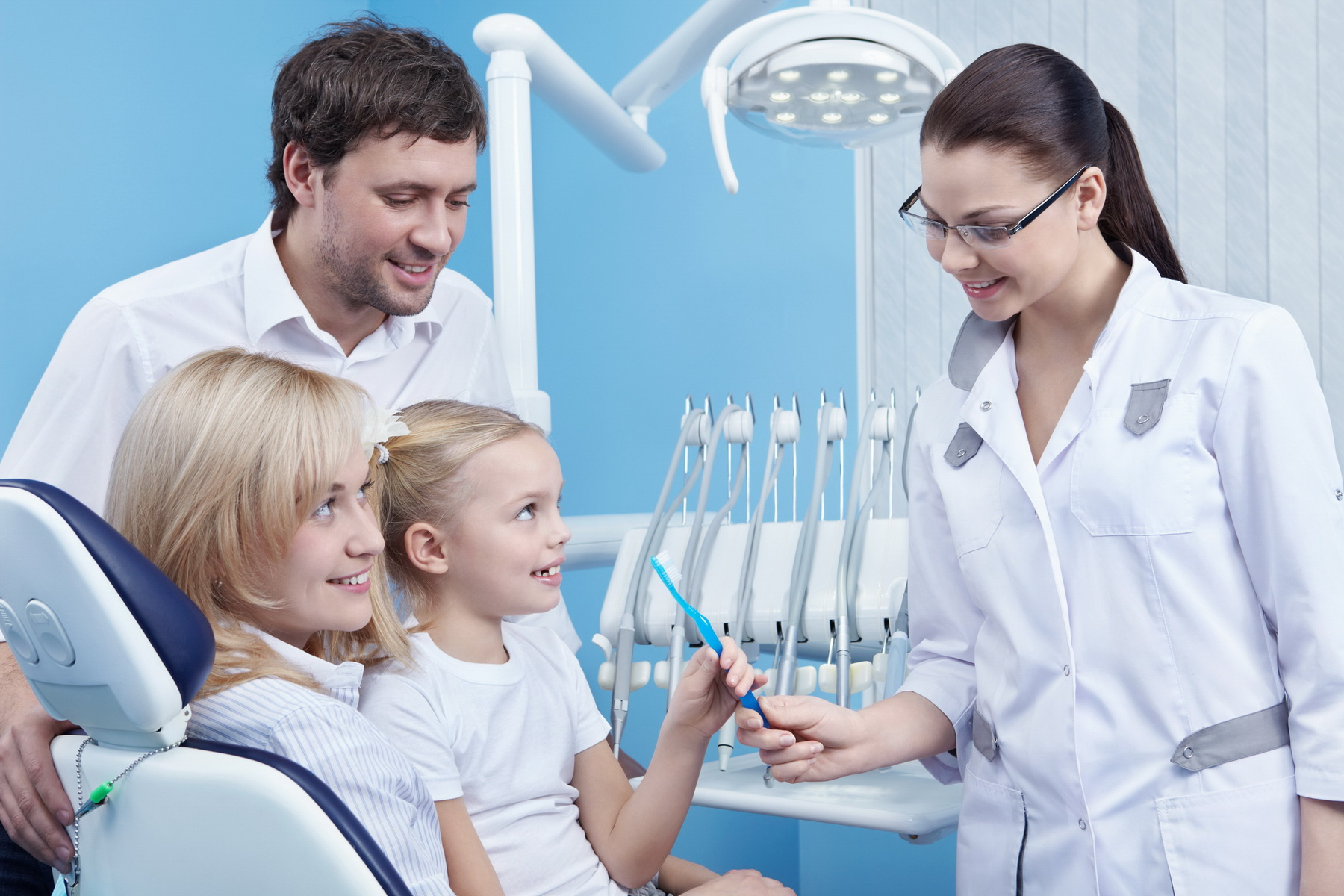 Чему так улыбаются врачи, старики и целые семьи